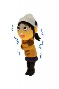 寒くて震えている女性